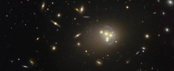 Εικόνα του γαλαξιακού σμήνους Abell 3827 από το διαστημικό τηλεσκόπιο Hubble.