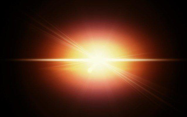 Η μικροκυματική ακτινοβολία υποβάθρου είναι το υπόλειμμα της «λάμψης» που δημιουργήθηκε από τη Μεγάλη Έκρηξη και το οποίο μπόρεσε να αποδεσμευτεί από την ύλη 380.000 χρόνια μετά τη γένεση του σύμπαντος, όταν σχηματίστηκαν τα πρώτα ουδέτερα άτομα.