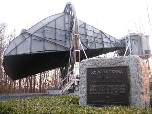 Η κεραία των εργαστηρίων Bell, πάνω στο λόφο του Crawford στο Holmdel του New Jersey, με την οποία οι Penzias και Wilson ανακάλυψαν την κοσμική μικροκυματική ακτινοβολία υποβάθρου