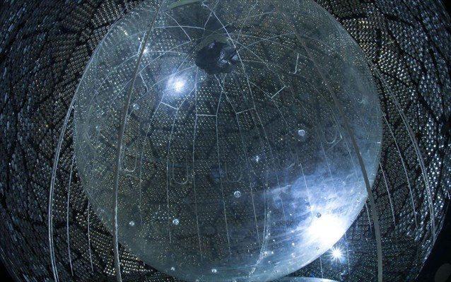 SNO, Καναδάς Τα νετρίνα διακρίνονται σε τρία είδη, ή αλλιώς «γεύσεις». Μαζί με μία ανάλογη διάταξη στην Ιαπωνία, το «τηλεσκόπιο νετρίνων» SNO (Sudbury Neutrino Observatory), το οποίο βρίσκεται στο Οντάριο του Καναδά, απέδειξε ότι τα σωματίδια μπορούν να αλλάζουν «γεύσεις». Στην πρώτη φάση του, το SNO λειτούργησε από το 1999 έως το 2006, ενώ σύντομα αναμένεται να ολοκληρωθεί η αναβάθμιση του ανιχνευτή, ώστε να αρχίσει ξανά τις μετρήσεις. Η «καρδιά» του ανιχνευτή είναι μία τεράστια πλαστική σφαίρα, γεμάτη με 800 τόνους από ένα ειδικό υγρό, η οποία περιβάλλεται από στρώμα νερού. Περνώντας μέσα από τον ανιχνευτή, τα νετρίνα παράγουν σήματα φωτός, τα οποία καταγράφονται με τη βοήθεια 1.000 ειδικών αισθητήρων που βρίσκονται περιμετρικά της σφαίρας.