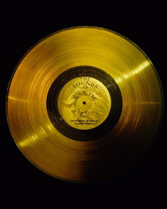 Οι ήχοι της Γης: o δίσκος που μεταφέρουν τα διαστημικά σκάφη Voyagers. Περιέχουν φυσικούς ήχους, χαιρετισμούς σε 55 γλώσσες, και αντιπροσωπευτική μουσική από όλο τον κόσμο.